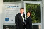 Sigrid und Dieter A. Sonnenholzer vor ihrer Firma