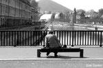 Sur le vieux pont Battant, elle regarde couler sa vie....