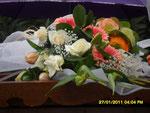 Non ringrazieremo mai abbastanza la signora Anna per i fiori che dona alla Madonna.