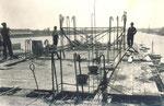 1932 Il Monumento al Marinaio durante la fase di costruzione. Osservare le strutture in cemento armato e la mancanza di qualsiasi protezione di sicurezza sul lavoro.