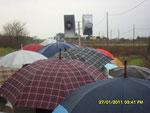 Ombrelli, pioggia, fede e preghiera.