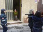 Il quadro con l'immagine della Madonna, ha appena superato la porta dell'abitazione di questa signora, che si inginocchia al Suo passaggio.