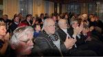 Auch die zahlreichen Besucher warten auf das Ergebniss von der Wahl des Bürgermeisters