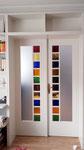 Zimmertür mit farbigen Glas und angrenzenden Gegal
