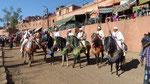 Les cavaliers se fraient un chemin dans la foule