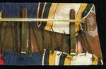 Typ XIII: Trapezförmige Schnalle/Ordensbänder, welche über der Blechplatte mit angelöteten Haken mittels eines bräunlichen Fadens offenliegend vernäht sind. Trapezförmige Schnallen sind bereits typisch für den Zeitraum der Einigungskriege