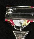 Typ V: In Form eines Rechtecks vernähte Ordensbänder, welche über einer für jede Dekoration vorhandenen Blechplättchen vernäht sind; (Rückseitig größere Blechplatte), dieser Typ hat nur die Größe einer kleinen Feldschnalle