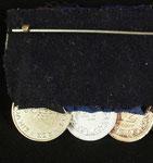 Typ VIII. Die Bänder sind unter der weit gehaltenen, aus schwarzen Filzstoff bestehenden Rückenabdeckung kegelförmig vernäht. Anfertigung von Godet, Berlin um 1940 (Herstellersignet fehlend)
