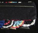 Schnallentyp I: Rosettenförmig vernähte Ordensbänder, welcher über einer zumeist magnetischen Blechplatte vernäht sind; dies ist hier mit einer Rückenabdeckung aus schwarzem Filzstoff versehen.