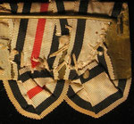 Typ II: Rosettenförmig vernähte Ordensbänder, am Ende kannenförmig zulaufend. Vernähung über der Blechplatte, offenliegend, für den Zeitraum der Einigungskriege typisch weißes festes Garn als Bändervernähung; Rückenabdeckung hier zumeist nicht vorhanden.