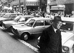 Roma, Marzo 1980 - Ex Ministro Mario Scelba osserva la manifestazione delle donne per l'8 marzo