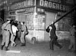 Roma, Giugno 1968 - Manifestanti inseguiti e pestati da un carabiniere con un enorme bastone