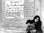 Roma, Dicembre 1974 - Cartello di denuncia sociale in inglese per turisti