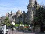 Vitré : Le château vu de la place Saint-Yves.