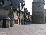 Vitré : La Porte (et rue) D'Embas, Tour et anciennes maisons.