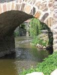 Saint-Céneri-le-Gérei : La Sarthe coule sous le pont.