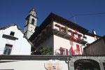 Intragna - der Kirchturm wird ständig von Mauerseglern umkreist