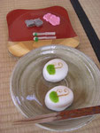 本日の主菓子は早蕨のおまんじゅう、干菓子はつくしの飴菓子