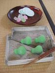 なりひさご(ひょうたん)の主菓子。干菓子は「江出の月」(丸型)と、しゃりっとした砂糖菓子