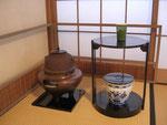 水指はオランダのデルフト、茶器に見立てたベネチアグラス