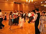 ホテルでのディナーパーティー 食事をしながらデモを見たりダンスを楽しむ とてもいい気分です!
