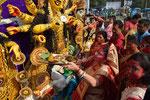cerimonia di immersione Durga