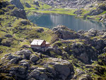 Capanna Leit con il suo lago dall'altro versante