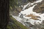 A tratti troviamo ancora tanta neve sul sentiero
