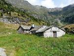Alp de Barna 1742 m e sullo sfondo Pass de Barna