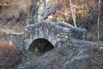 Bellissimo ponte sul sentiero per Riei