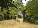 """Pavillon im Karl-Bittel-Park, oberhalb der Senke – kürzlich wieder neu errichtet. Der ursprüngliche Holzpavillon aus 1898 – fälschlich immer wieder auch als """"Teehäuschen"""" bezeichnet – war eine als Unterstand dienende Schutzhütte. (Bild: Karl Schröding)"""