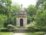 Das als Rundtempel gestaltete Mausoleum, die Urnen-Begräbnisstätte der Familien Bittel und Wolter, im Park. (Bild: Karl Schröding)