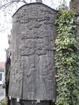 """Relieftafel von Gustav Nonnenmacher aus dem Jahre 1954 am """"Lutherbaum-Denkmal"""", mit der Darstellung Luthers vor Kaiser und Reich im Jahre 1521. (Bild: Karl Schröding)"""