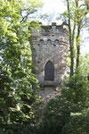 Im Jahre 1900 erbaute Karl Bittel im Park den Burgturm mit gotischer Spitzbogentüre und einem Zinnenkranz. (Bild: Anneliese Dauphin)