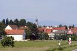 Pfiffligheim – einer der 13 Stadtteile der alten Dom-, Luther- und Nibelungenstadt Worms am Rhein, der sich seinen dörflichen Charakter bis heute erhalten hat. Stolz ragt der Turm der Jesus-Christus-Kirche empor. (Bild: Anneliese Dauphin)