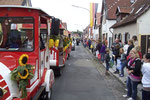 Dicht gedrängt säumen Bewohner und Gäste beim Umzug am Kerwesonntag die Straßen Pfiffligheims. (Bild: Karl Schröding)