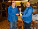 Dieter Heidenreich überreicht Udo Anklam den Siegerpokal.