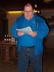 ... und stellt 13 Ordner Chronik des Skatclub 'Die Kiebitze' vor.
