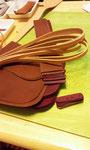 革はカットしておきました。姫路産のタンニンなめし厚めの革。ベルトはヌメ革。