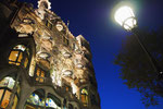 夜のカサバトリョ 夜はお昼とはまた違う雰囲気で 中からの光でステンドグラスがキラキラ
