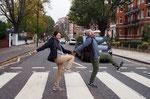 """アビーロードはビートルズの4人が横断歩道を渡る""""ABBEY ROAD""""のジャケット写真で有名な場所"""