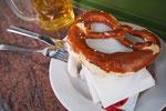 私たちもお昼時のビールを楽しむことに 名物のヴァイスヴルスト(白ソーセージ)とビールで乾杯♡