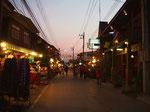 この日は 夕暮れの時の町をお散歩に 空が淡いピンク色に染まる時間