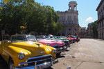 クラシックカーは乗用車として走っていたり タクシーとしてハバナで暮らす人たちの大切な移動手段となっていたりします