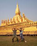 ラオス1の大きさを誇る仏塔 タートルアン はい...私たち 似た者夫婦です(笑)