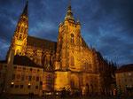 お散歩の最後にたどり着いた夜のプラハ城はライトアップされて荘厳な雰囲気でした♡