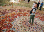 ペルシャ絨毯の中には お花の広がっているような柄の場所が。まるでお花畑の中にいるみたい。