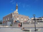 アブーダルウィッシュモスクのモノクロの外観は 今まで観たモスクとは全然違う印象