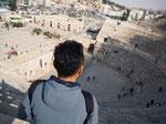 ローマ劇場の遺跡は急勾配になっていて 上まで登ってみるととても良い眺めが広がります
