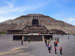"""""""太陽のピラミッド""""は近くで見るとまるで要塞のようなスケールの大きさ!!"""